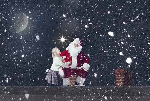 雪の中のサンタさんと女の子の写真