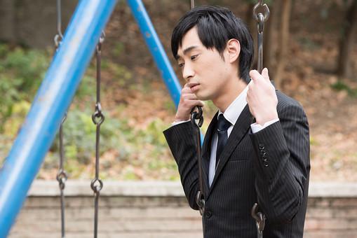 「公園 泣く男」の画像検索結果