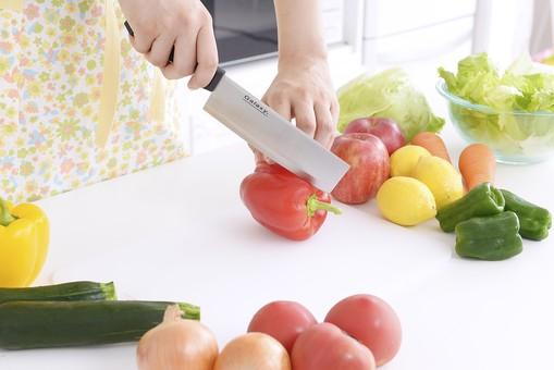 人物 屋内 日本人 1人 女性 手元 手 アップ 顔無し キッチン 台所 包丁 ナイフ 持つ 切る 切れる スライス カット 準備 料理 クッキング 生鮮野菜 材料 野菜 並ぶ パプリカ トマト ズッキーニ 玉ねぎ 新鮮 フレッシュ みずみずしい 調理 手を添える