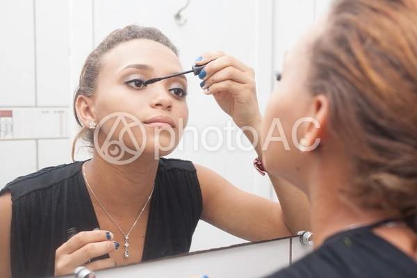 メイクする女性13の写真