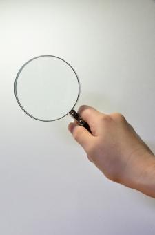 ルーペ 虫眼鏡 天眼鏡 拡大 研究 調べる 見る 観察 ボディパーツ 手 手の甲 片手 切り抜き用素材 合成用素材 レンズ 凸レンズ