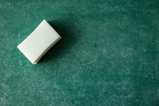 黒板 緑 教育 学校 スクール 学習 学び舎 ボード 板 教室 盤 背景 バックグラウンド バックグランド 手書き 文字 図 図形 絵 言葉 説明 クローズアップ スポンジ 白 消す 消去 屋内 磁石