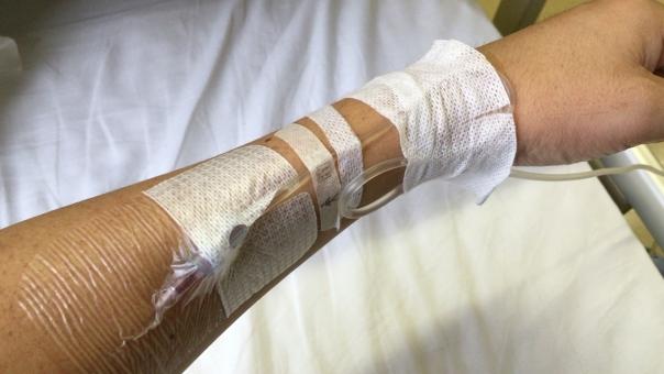 点滴 針 入ったまま 病院 痛い
