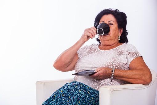 人物 女性 外国人 外人 外国人女性 外人女性 中年 熟年 年配者 50代 60代 中年太り 肥満 ぽっちゃり 肥満女性 白バック 座る いす イス 椅子 ソファ 飲食 飲み物 飲む カップ お茶 コーヒー 紅茶 寛ぐ くつろぐ リラックス シニア mdfs011