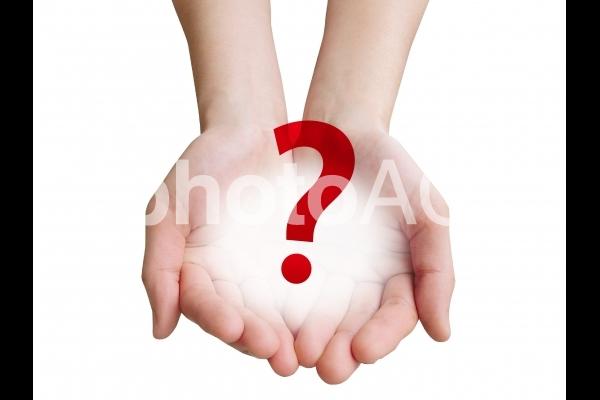 疑問符を投げかける手-白背景の写真
