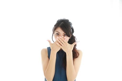 モデル 人物 日本人 日本 女性 女 女子 大人 20代 30代 ロングヘア   口を隠す 見えない 隠す 口元 塞ぐ 照れる テレる てれる 恥ずかしい 恥ずかしがる 気になる コンプレックス 気にする 美容 見つめる   白バック 白背景 mdjf019