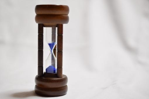砂 時計 砂時計 時を刻む モノクロ カラー 青 木製 木 ウッド 懐古 昔 過去 経過 時の流れ 思い出 振り返る 時代 古い 未来 タイムトリップ 時代錯誤 昔々 昔話 遡る さかのぼる 落ちる 刻む 流れ もうすぐ リミット タイムリミット 明るい 時間切れ 時間