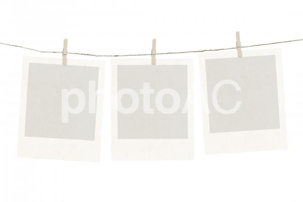 ポラロイドと木製クリップとロープのフレームの写真