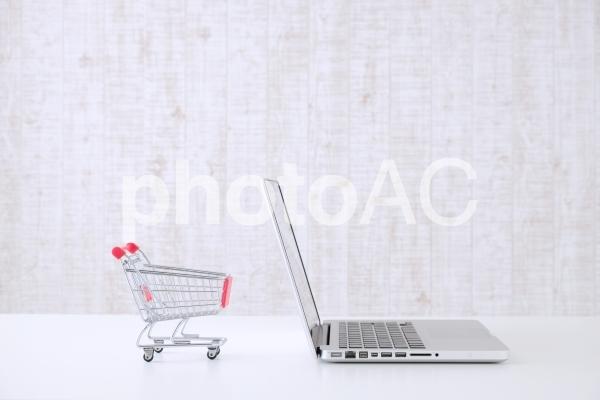 ノートパソコンと買い物カートの写真