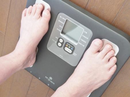 人物 女性 足元 ボディーパーツ 指先 ダイエット 痩せる 痩せたい 痩身 体脂肪 体重計 ヘルスメーター 体重測定 メタボリック症候群 運動 習慣 減量 隠れ肥満 食事制限 ぽっちゃり体型 デブ 産後太り 骨密度 骨粗しょう症 病気予防 お風呂あがり 健康維持 ヘルスケア 悩む 太い 太った 重量 重い 食べ過ぎ ブヨブヨ ぶよぶよ 不摂生 暴飲暴食 若返り メタボ メタボリックシンドローム 中年太り 足首 脚 足