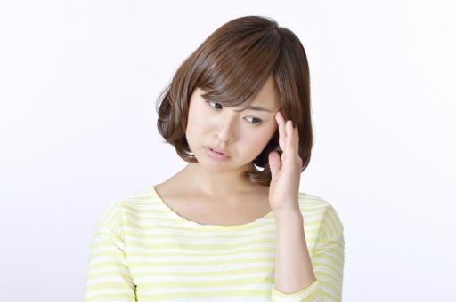 人物 女性 女の子 若い 若者   20代 日本人 屋内 スタジオ撮影 白バック   白背景 ジェスチャー 仕草 かわいい 可愛い ポーズ 上半身 正面 頭痛 悩み 悩む 心配 不安 気がかり 考える 考え事 憂鬱 mdjf003