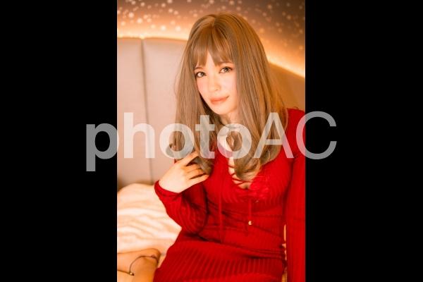 座る赤いワンピースの女性の写真