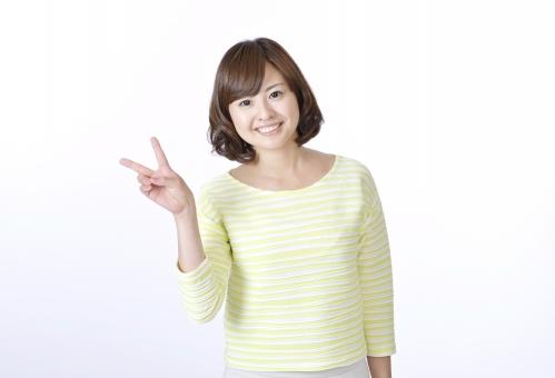 女性 女 人物 人 人間 日本人 笑顔 ピース ジェスチャー 仕草 指 サイン ピースサイン 2 数字 二本 二本指 成功 嬉しい 喜ぶ 爽やか 正面 カメラ目線 スマイル 一人 白背景 白バック Vサイン チョキ かわいい ハンドサイン mdjf003