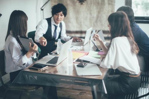 オシャレなオフィスで仕事する会社員13の写真
