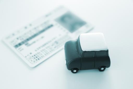 運転免許証 自動車 乗用車 車社会 日本 証明 携帯 ドライブ 運転 ライセンス カード CARD card Card 普通自動車免許 資格 教習所 取得 有効期限 安全運転 交通ルール 無免許運転 交通事故 速度 スピード ドライバー 運転手 素材 背景 イメージ