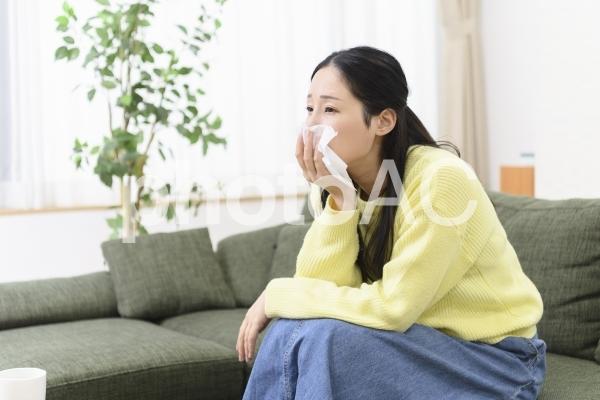 涙を拭く女性の写真