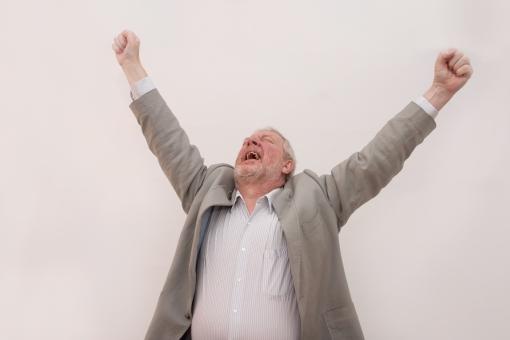 シニア 外国人 ヤッター 万歳 バンザイ ひげ 髭 上半身 髭面 白髪 ジャケット 両手 挙げる 白背景 成功 サクセス 解決 決定 解き明かす 達成 決着 嬉しい 喜ぶ 歓喜 叫ぶ 勝利 勝つ 上を向く グレー シャツ 一人 室内 男性 mdjms002