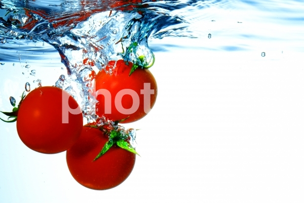水に落としたミニトマト5の写真