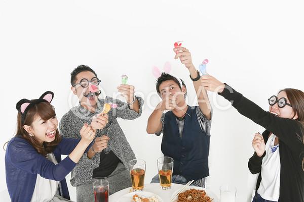 仮装パーティーを楽しむ若者たち10の写真