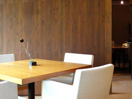 テーブルと椅子4つの写真