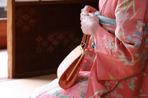 着物 振袖 京都 素材 卒業式 和室 無料素材 無料 成人 成人式 ピンク 晴れ着 花柄 大和撫子 日本 カバン 正座 女性 ピンク色 卒業 大学生 女子 手元