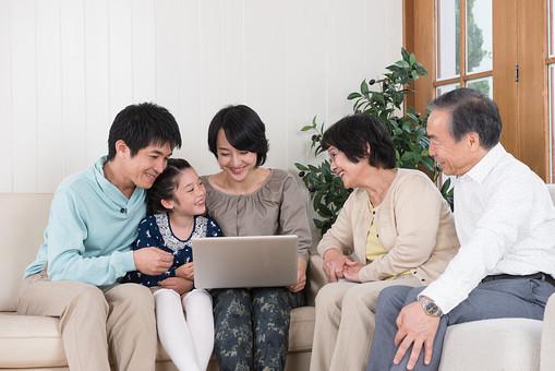 人物 日本人 家族 親子 ファミリー  三世代 二世帯 5人 両親 義両親  こども 子供 孫 娘 女の子  小学生 室内 部屋 リビング ソファ パソコン インターネット 見る 笑顔 楽しい 団欒 だんらん 集まる  mdjf017 mdfk014 mdfs003 mdjm016 mdjms004