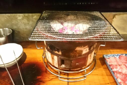 焼き肉 焼肉 やきにく 七輪 炭火 炭火焼 食事 焼く 調理 外食 牛タン タン塩 食べる カウンター 食べ物 grill BBQ 網焼き グリル 肉 肉料理 炭 屋内 食事処 焼肉屋 焼肉店 取り皿 トング ランチ 夕食