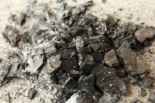 炭 燃えカス 燃えかす 炭火 焼肉 焼き肉 バーベキュー BBQ BBQ bbq Bbq 炭火焼き 木炭 すみ スミ スミ イメージ 素材 炭化 背景 背景素材 すす 焦げ 灰 後片付け マナー アウトドア たき火 火 火種