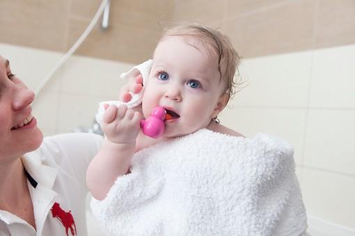 赤ちゃん 外国人 子供 子ども こども 女の子 女児 乳児 ライフスタイル お風呂 お風呂場 バスルーム バスタイム バスタブ 入浴 ベビー 裸 はだか はだかんぼ さっぱり スッキリ すっきり 綺麗 きれい 清潔 拭く タオル バスタオル 包まる 包む おもちゃ 食べる ママ 母親 親 母 お母さん スマイル 笑顔 mdfk037