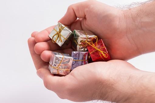 箱 小箱 プレゼント 贈り物 手土産 土産 ゴールド  金色 シルバー レッド 赤 ブルー 青 銀色 光沢 ギフト 贈答品 印象的 おくり物 5個 ボックス 屋内 人物 包装紙 紙 置く 集める 上から視線 反射 高級感 ギフト 手 両手 持つ 渡す 手渡し プチギフト 小さい