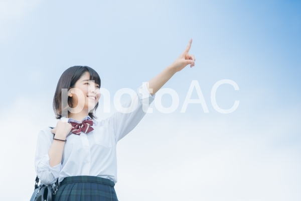 空を指差す女子校生の写真