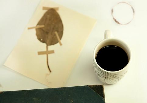 本 ブック 書物 書籍 図書 読書 読む 趣味 勉強 リラックス 寛ぐ くつろぐ コーヒー マグカップ カップ コップ 飲み物 ドリンク 接写 クローズアップ テーブル 机 しおり 葉 葉っぱ 押し花 植物