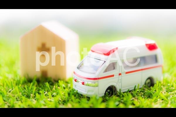 救急車と病院の写真