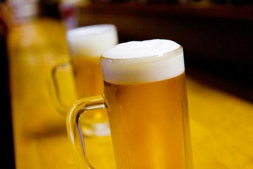 生ビール ビール 酒 お酒 居酒屋 飲み屋 ジョッキ 凍ってる 冷えている 泡 金色 仕事終わり 一杯 至福の一杯 飲む 呑む 酒類 酔う 酔っ払う 乾杯 コピースペース グラス 取っ手付き 一緒に飲む 一緒 二つ 2 横位置