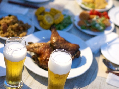 ビアガーデン ビール パーティー 食事 飲み会 忘年会 ディナー 新年会 鶏肉 ジョッキ グラス 食器 泡 乾杯 ワイワイ 楽しい お皿 メニュー 料理 おもてなし 屋上 ガーデン ビアパーティー おつまみ 取り皿 わいわい 盛り上がる 楽しむ テーブル 食卓