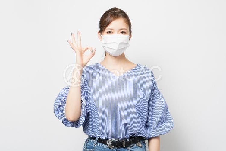 マスクをした若い女性の写真
