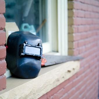 工具 溶接 マスク 保護 道具 用具 工業 産業 鉄工業 お面 遮光面 溶接面 防護 プロテクト ガード 静物 金属 無機質 DIY 屋外 建物 窓 窓辺 のこぎり 鋸 ノコギリ 大工道具