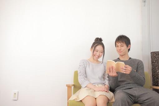 人物 男性 男子 女性 女子 若い 着席 デート カップル アベック 夫婦 新婚 白バック 白背景 読書 本 ブック 書籍 小説 単行本 部屋 リビング くつろぐ リラックス 仲良し 日本人 mdjm008 mdjf026