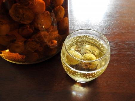 梅酒 乾杯 グラス 自家製 梅 お酒 アルコール 飲料 ドリンク イメージ 美容 健康 食前酒