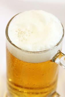 生ビール ビール アルコール お酒 ドリンク 飲み物 ジョッキ 泡 ビアガーデン ビアホール 夏 乾杯 白背景 白バック ホワイトバック 俯瞰 飲み 呑み 一杯 1杯 室内 屋内 洋食器 食器 飲料 飲物