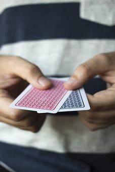 トランプ カード ゲーム 札 娯楽 屋内 手品 マジック 遊び  並べる   重ねる 配る 切る カードゲーム 人物 手 指 持つ 男性 両手 広げる 器用 赤 黒 青 裏 裏側 手元 アップ 揃う 並ぶ 2 2枚 予測 未来