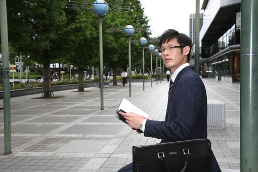 男性 ビジネスマン 営業 会社員 サラリーマン 社員 男 ビジネス 手帳 予定 スケジュール 確認 打ち合わせ 外回り メガネ めがね 眼鏡 スーツ 座る 日本人 mdjm019
