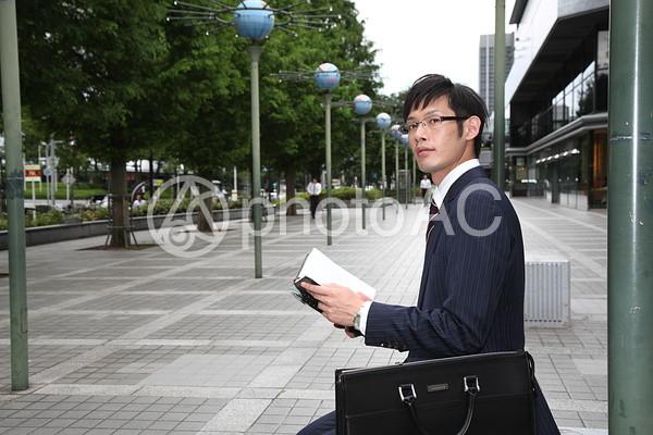 手帳を見るビジネスマン5の写真