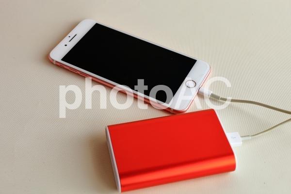 スマートフォン 充電 モバイルバッテリーの写真