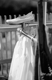 上履き 靴 学校 制服 日曜 ズック 選択 洗濯 休日 せんたくもの クリーニング 物干し モノクロ スナップ 白黒 縦位置 余白 イメージ 心象 フィルム