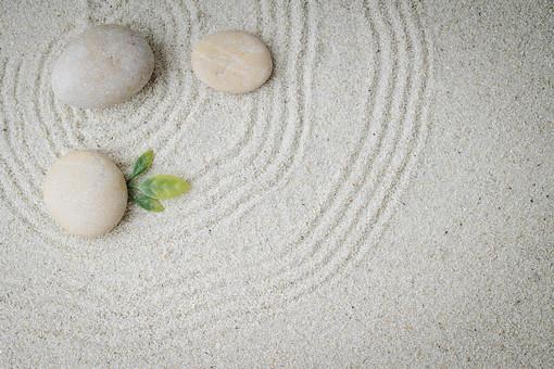 和 和風 禅イメージ 庭 石 枯山水 砂 砂紋 レーキ 日本 日本庭園 日本文化 庭園 わびさび 和寺 石庭 造園 伝統 白砂 風景 イメージ 京都  縁側 風景 緑 植物 葉