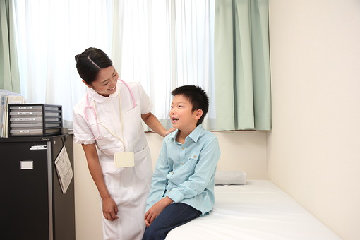 白衣 病院 医院 医療 ナース 看護師 看護婦 患者 診察 子供 問診 診断 小児科 男の子 小学生 検診 検査 診療所 若い 話す 会話 日本人   mdjf034 mdmk003