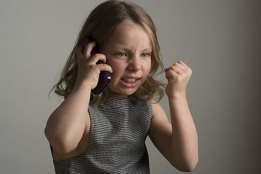 人物 こども 子供 女の子 少女  外国人 外人 キッズモデル かわいい 屋内  スタジオ撮影 ポーズ 表情 ポートレイト ポートレート 携帯 スマホ スマートフォン 話す 聞く 表情 ポーズ 怒り 怒る 悔しい ムカつく mdfk015