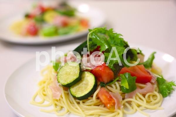 ベビーリーフと生ハムとズッキーニの冷静スパゲティの写真