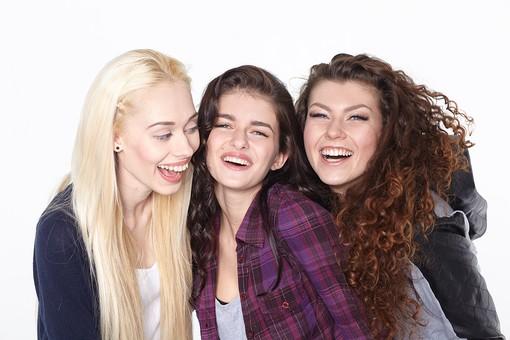 人物 外国人 モデル 女性 複数 グループ 仲間 友達 友情  20代 若者たち 大学生 スタジオ撮影 白バック  白背景 ファッション カジュアル 3人 女友達 女の子 笑顔 スマイル 仲良し 寄り添う カメラ目線 上半身 mdff025 mdff026 mdff027